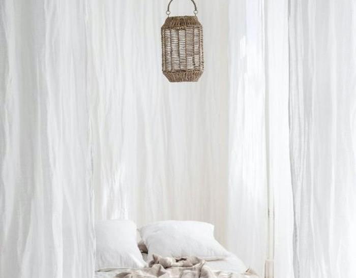 Couturières effectuant un ourlet de rideaux
