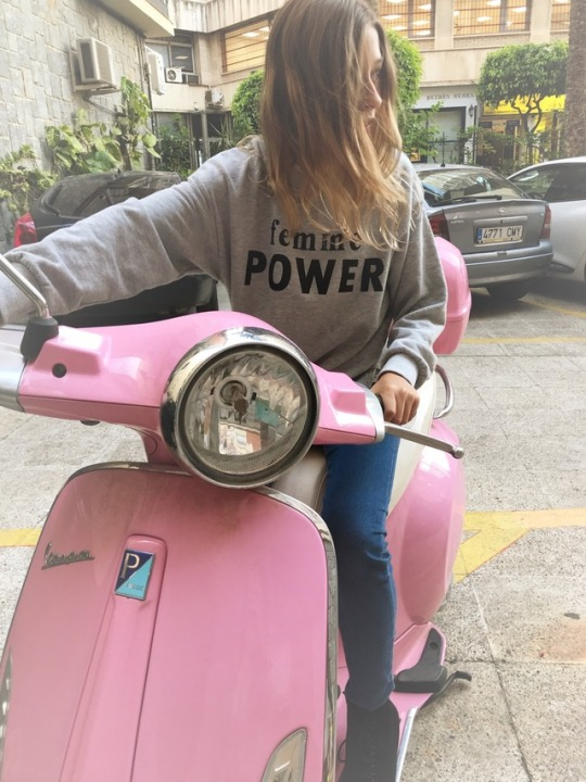 adolescente-moto-rosa