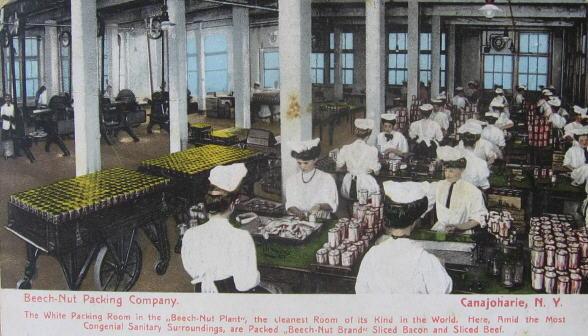 A Beech-Nut Packing Company egyik csarnoka, ahol a marhahúst csomagolták nagy higéniában.