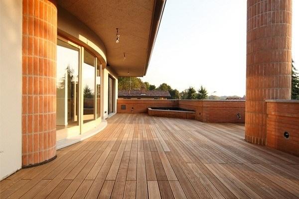 terrazzo con pavimento in legno per esterni