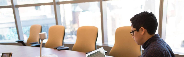 Kursteilnehmer in Seminarraum mit Laptop während einer MS-Office Einzelschulung