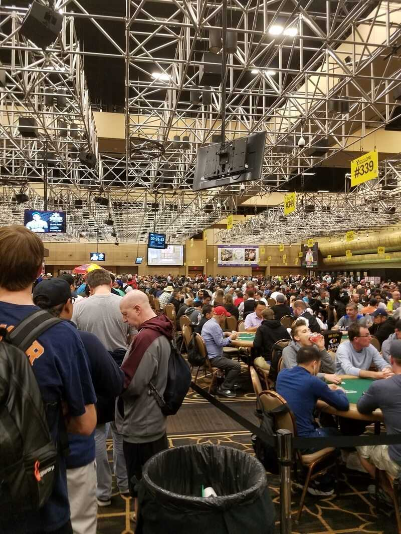 Очередь на регистрацию в покерном турнире