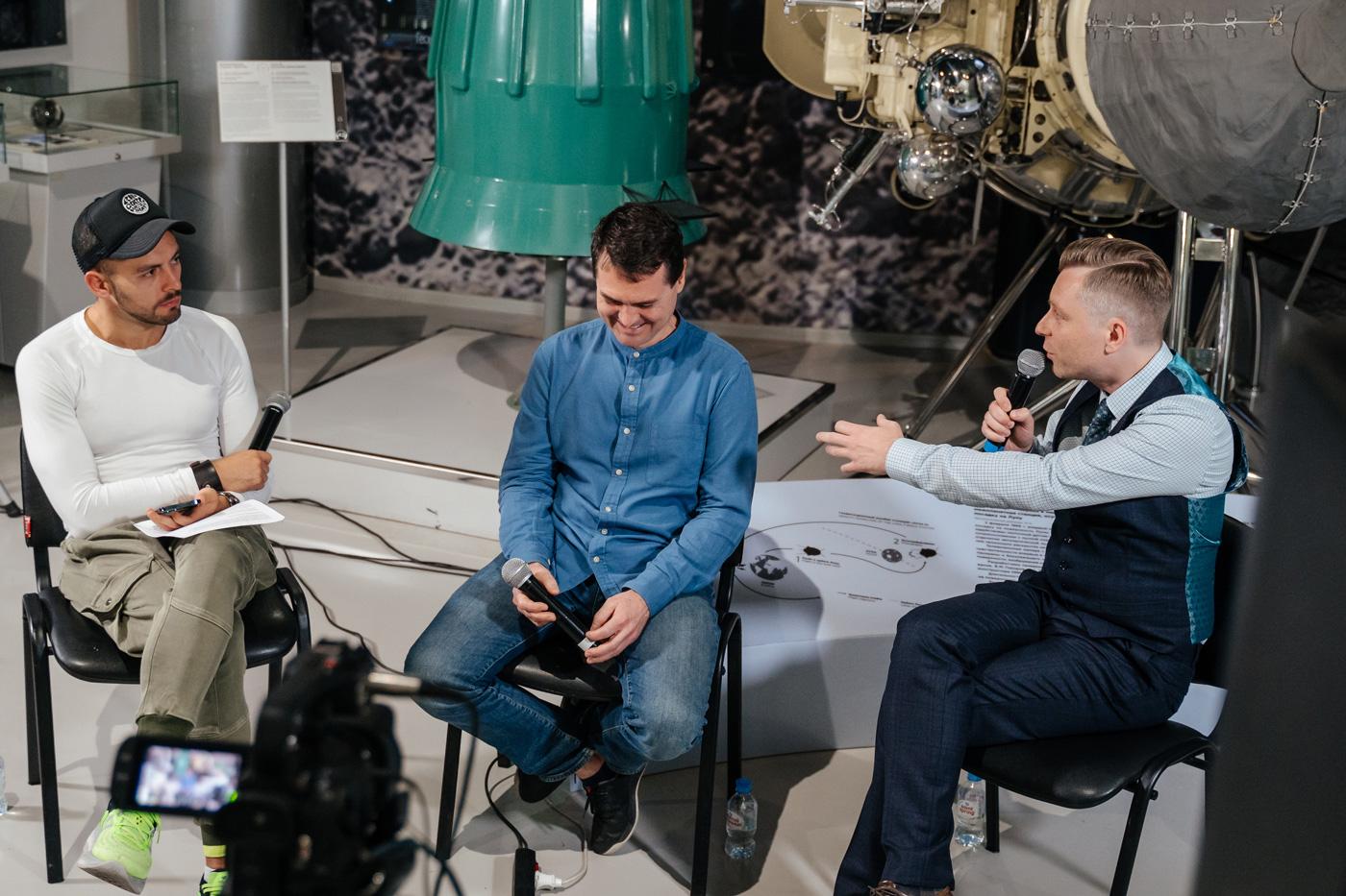 Николай Дубинин, Шамиль Идиатуллин иДмитрий Захаров вМузее космонавтики. Фотограф: Руслан Альтимиров