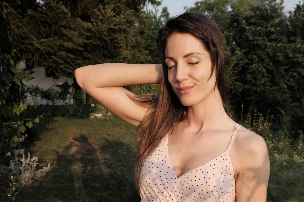 Jelena u prirodi nasmejana