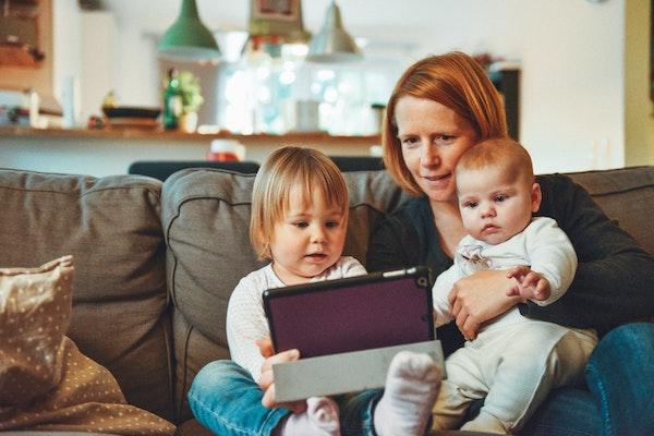 madres con hijos viendo la tablet