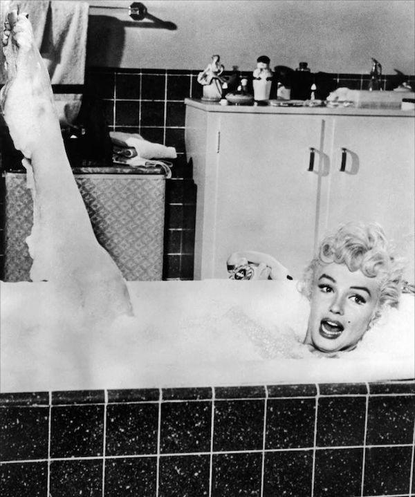 Marilyn Monroe dans un bain moussant
