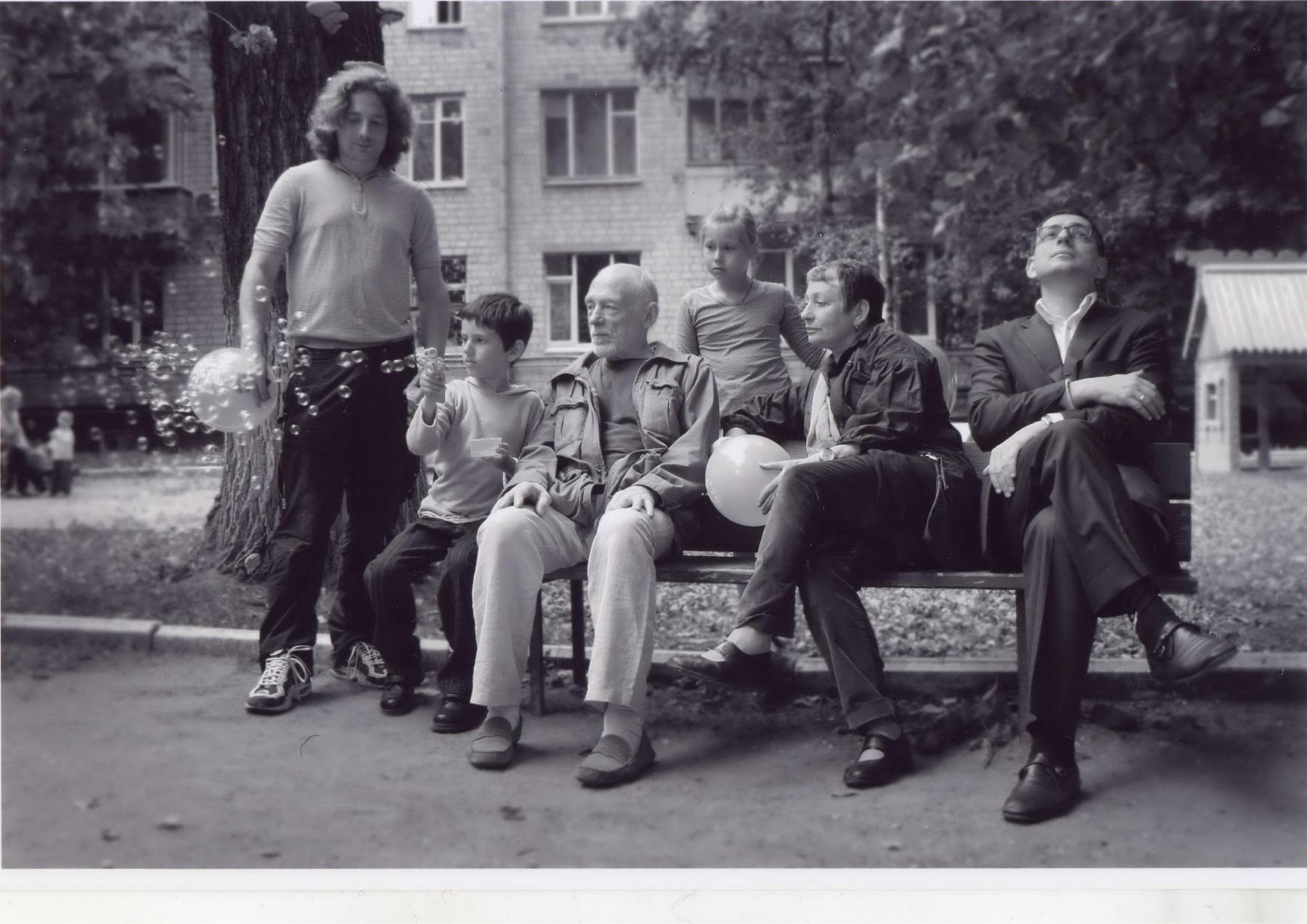Людмила Улицкая ссемьей. Фото изличного архива