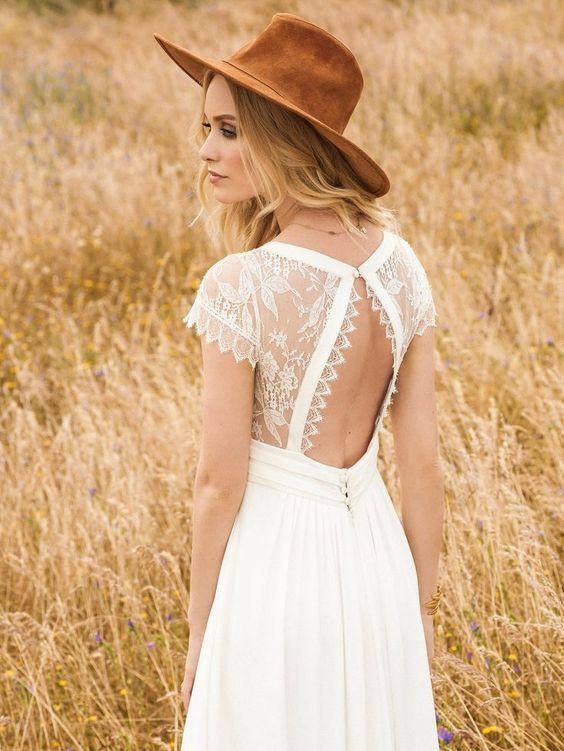 Mariée en robe bohème avec accesssoire chapeau en cuir