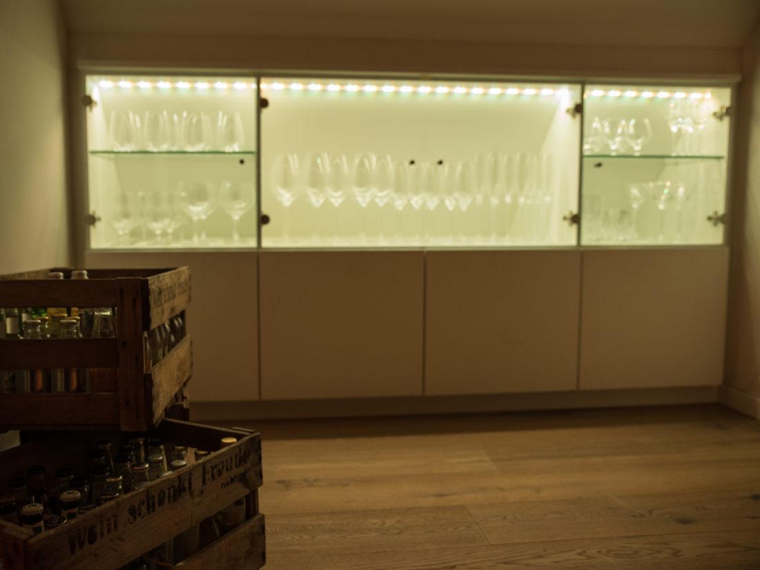 Die Gläser werden durch die Glastüren bei diesem Barschrank optimal in Szene gesetzt.