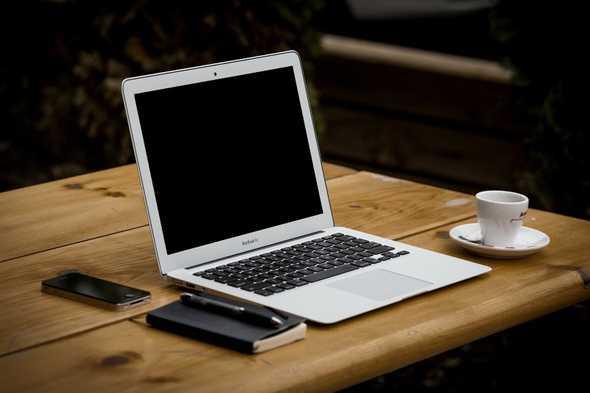 macbook air op tafel met koffie