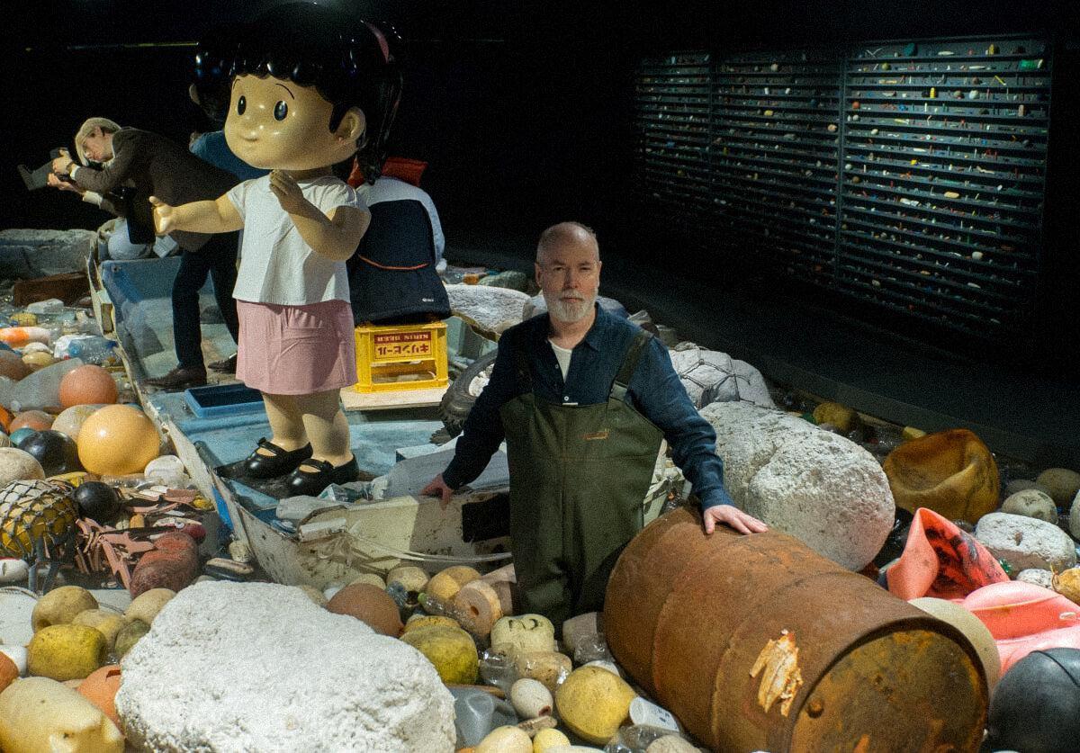 Дуглас Коупленд стоит посреди Vortex, его инсталляции обокеаническом пластике, которая сейчас находится вВанкуверском аквариуме / Ocean Wise, canadiangeographic.ca