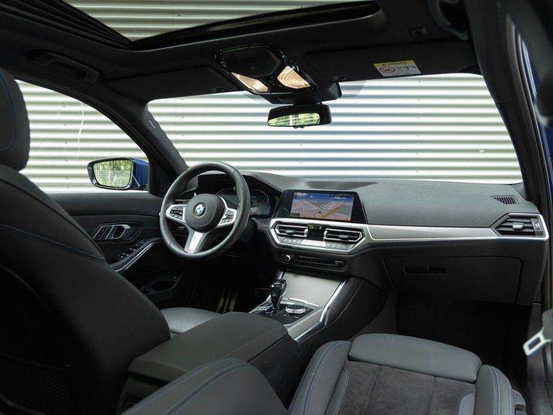 BMW 3 Serie Touring 330i M-Sport - Panorama - 19 Inch M-Performance - Active Cruise Controle afbeelding 3