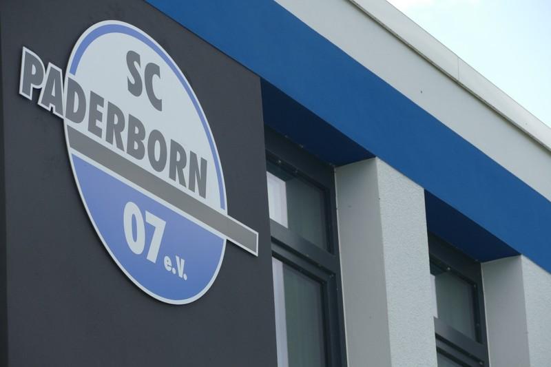 スタジアム外にある SC パーダーボルンのロゴ