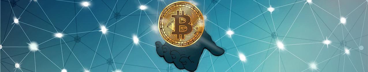 Bitcoin in einer Hand auf digitalem Hintergrund
