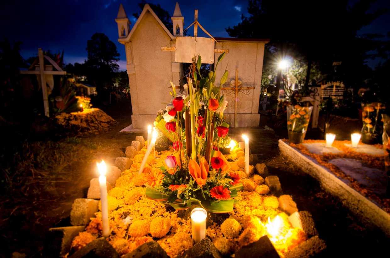 Image of gravesite during Dia De Los Meurtos