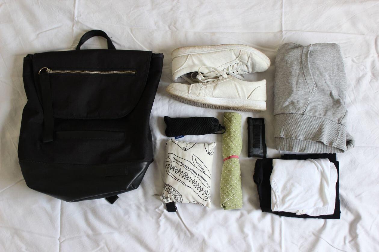Kleiner Rucksack, Turnschuhe, Leggings, T-Shirt und Sweatshirt sowie Multitool, Powerbank, Einkausbeutel und Besteck