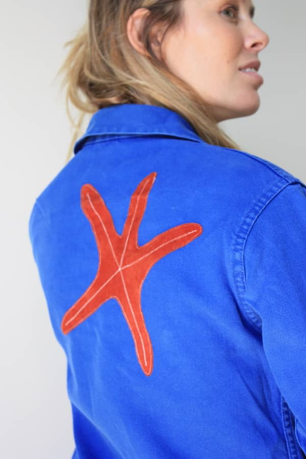 Veste d'ouvrier upcyclée grâce à un empiècement en forme d'étoile de mer