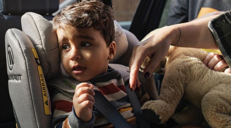 Ein Kind in einem Avionaut-Autositz