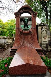 Grave of the writer Émile Zola in Cimetière of Montmartre in Paris 18th district, France. The monument of Frantz Jourdain, surmounted by a bust of Philippe Solari (1840-1906) (© Donar Reiskoffer, CC BY-SA 3.0)