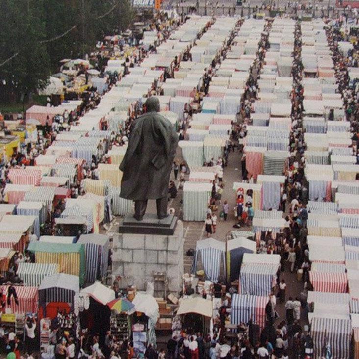 Вещевой рынок вЛужниках 1990-х. Источник: pastvu.com