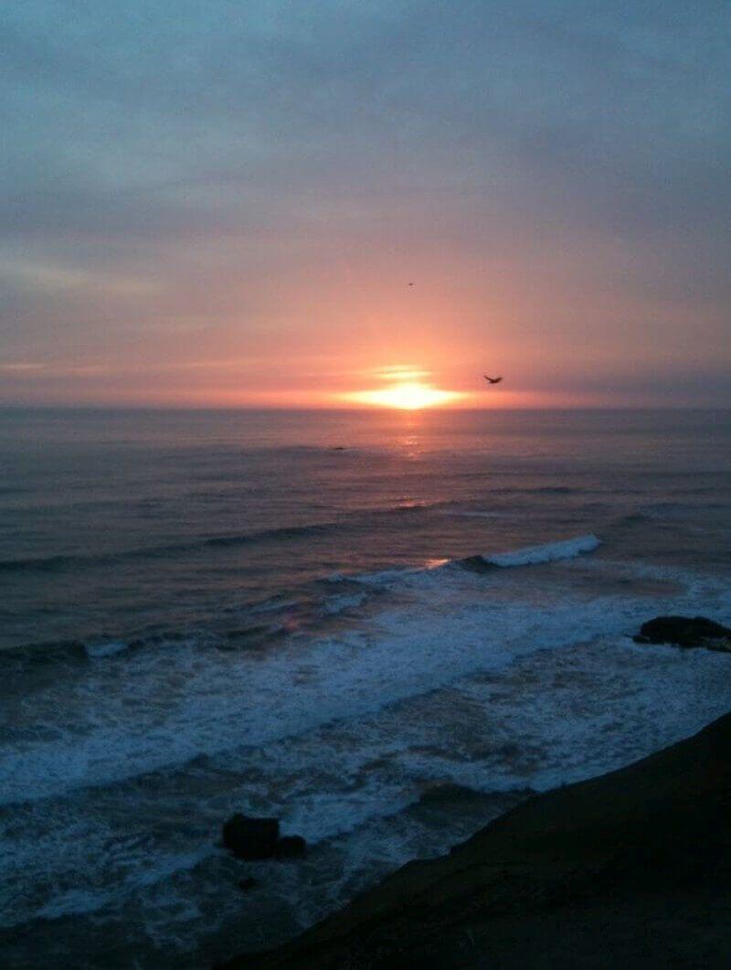 De zon gaat onder in de Stille Oceaan