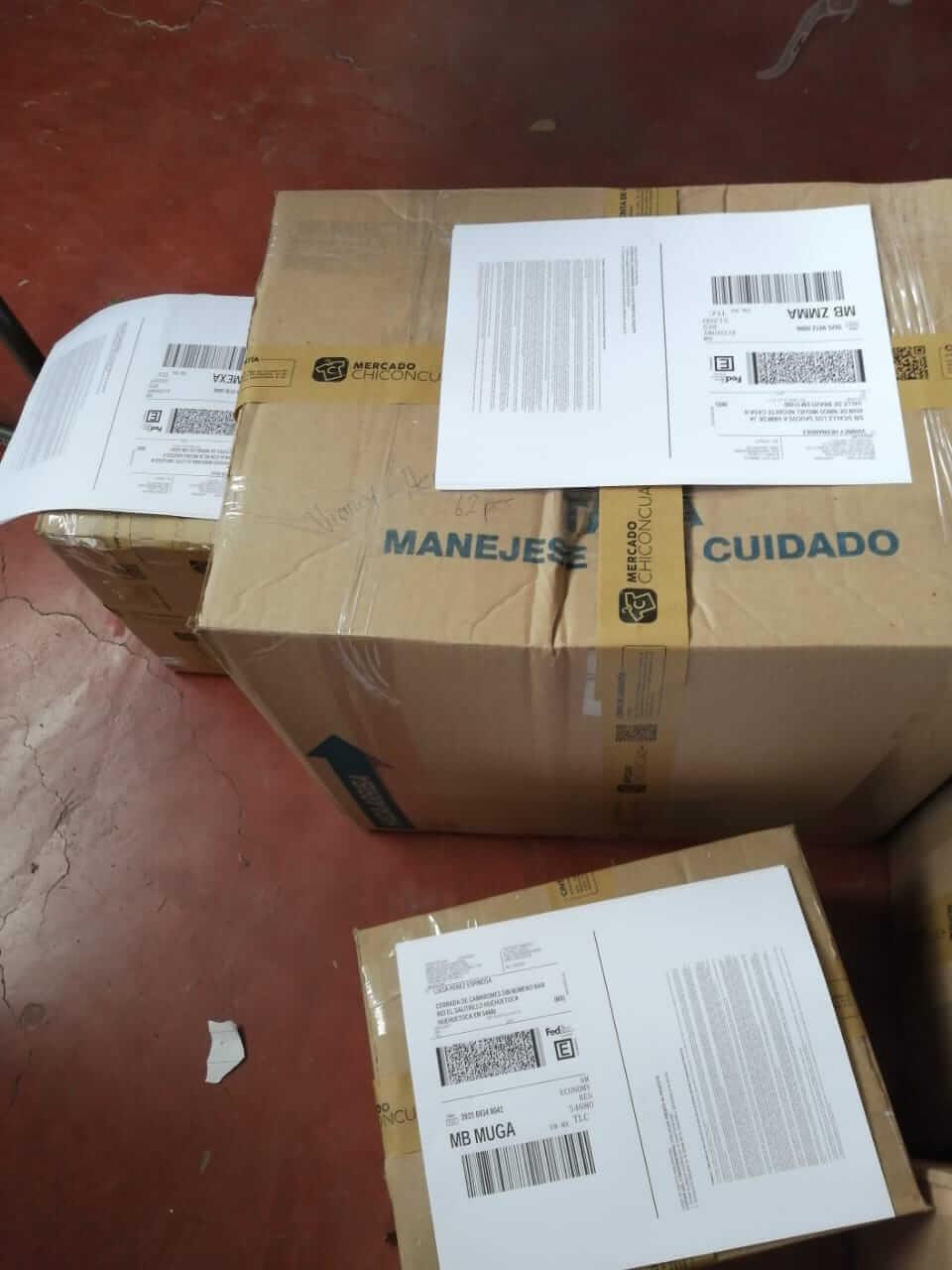 Pedidos empacados con cinta de seguridad