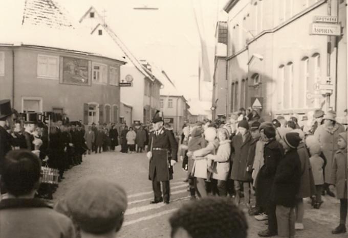 Hauptmann Edmund Väth vor seiner Mannschaft