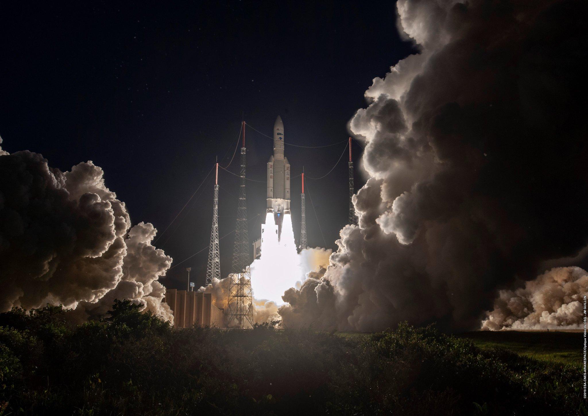 Figure 1: A 250-a lansare a unei rachete Ariane, de la baza Kourou din Guiana Franceză, cu sateliții de telecomunicații Inmarsat-5 F5 și TIBA-1 (Sursă foto: Arianespace)