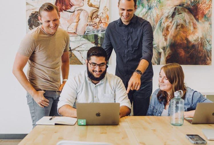 Kursteilnehmer mit Laptop während einer Firmenschulung