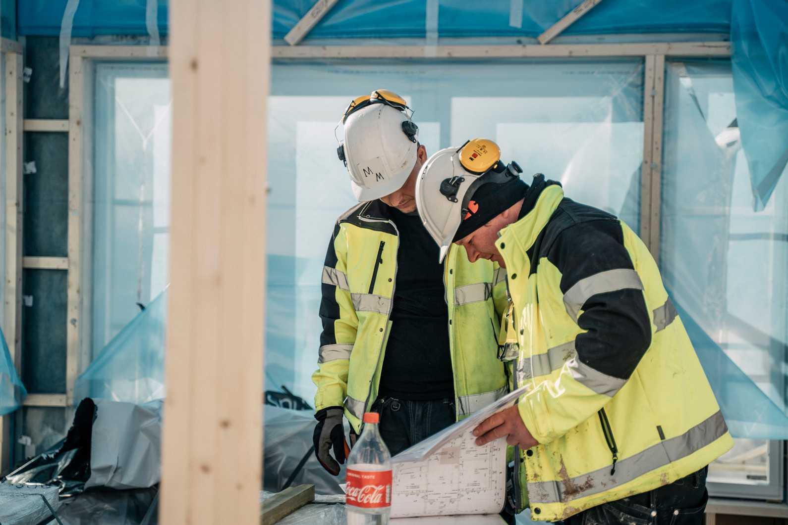 Håndverkere på byggeplass