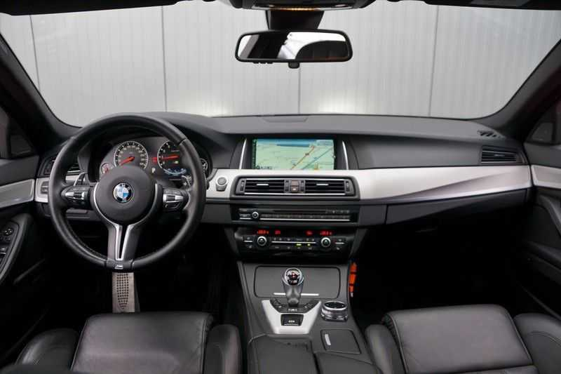 BMW 5 Serie M5 / Schuifdak / Harman Kardon / Side Assist / Head-Up / Stuurverw. / Trekhaak / Massage afbeelding 2