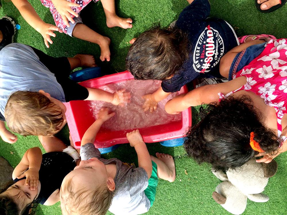 ילדים עם ארגז חול