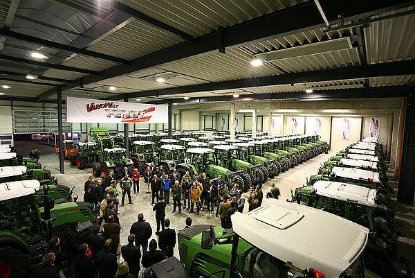Photo of a hall with a lot of tractors
