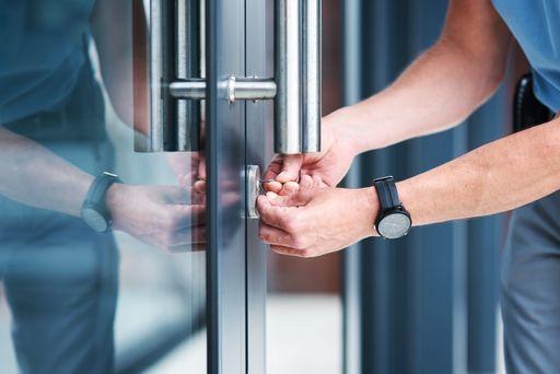Schlüsseldienst Monteur öffnet Tür mit durch Lockpicking