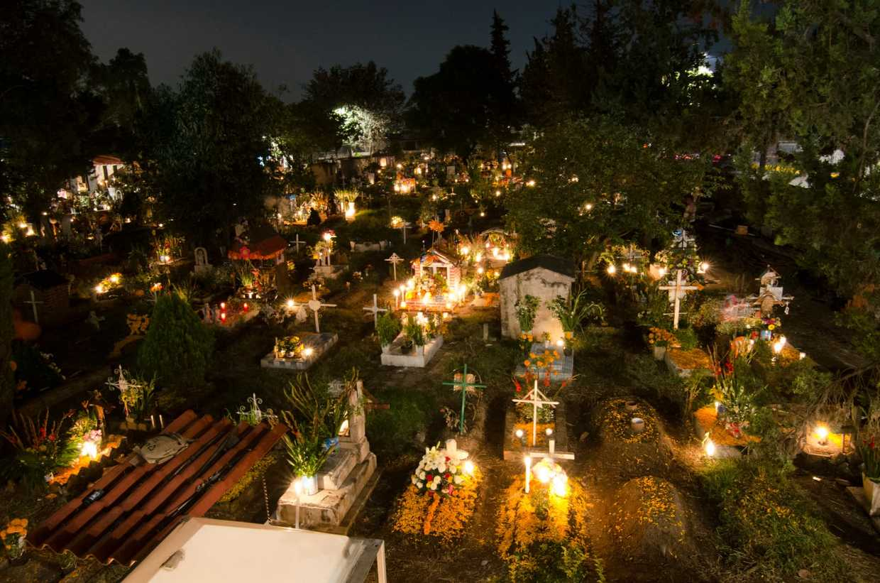 Image of graves decorated for Dia de los Meurtos