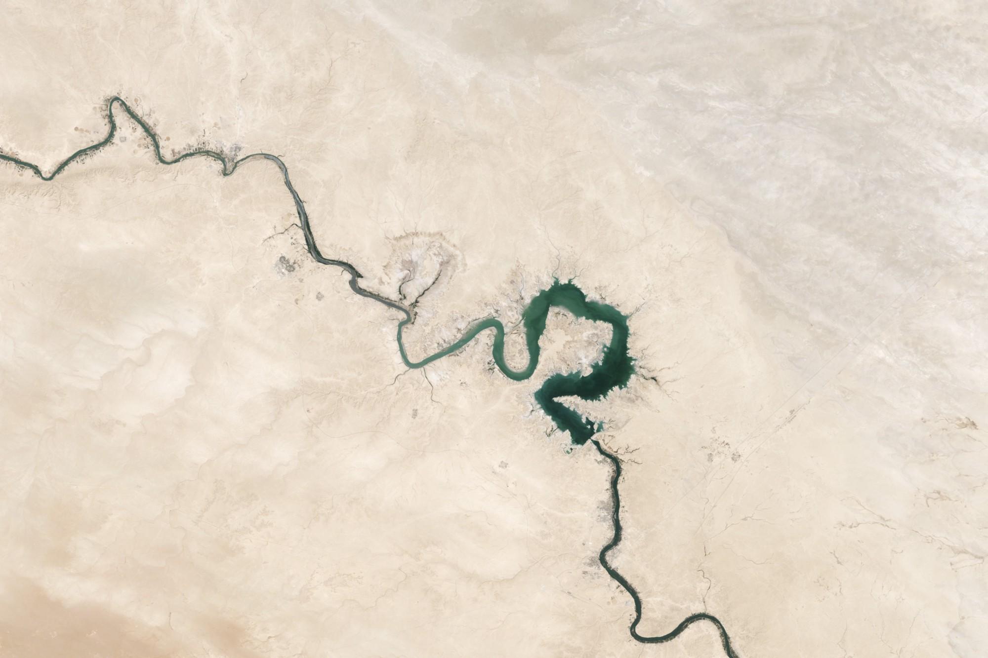 Imagem de um rio formando um caminho, Photo by NASA on Unsplash