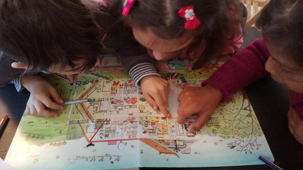 Tesz-Vesz várost néző gyerekek