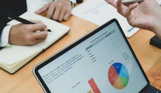Laptop mit Excel-Charts in Workshop