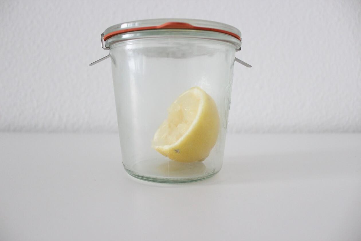 Eine halbe Zitrone in einem Weckglas.