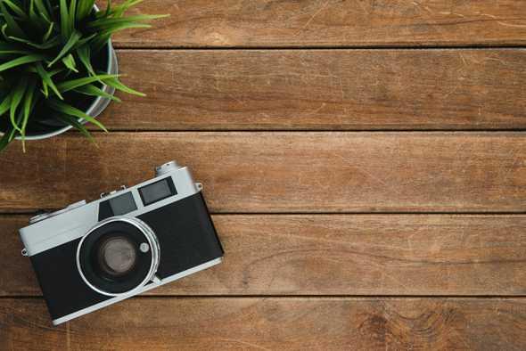 camera op houten vloer