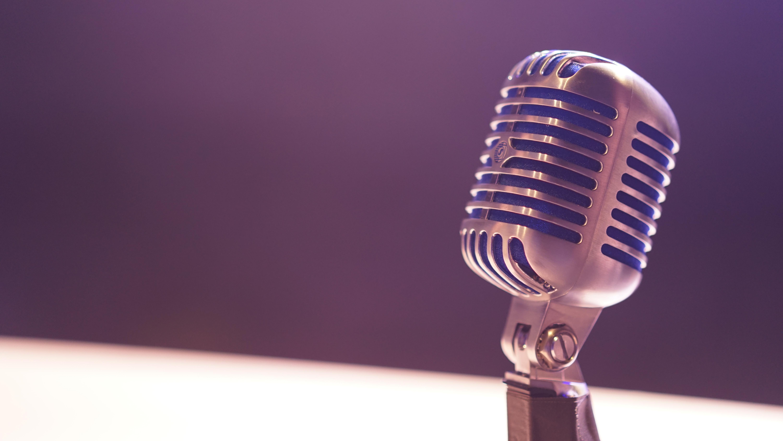 Imagem de um microfone com foco