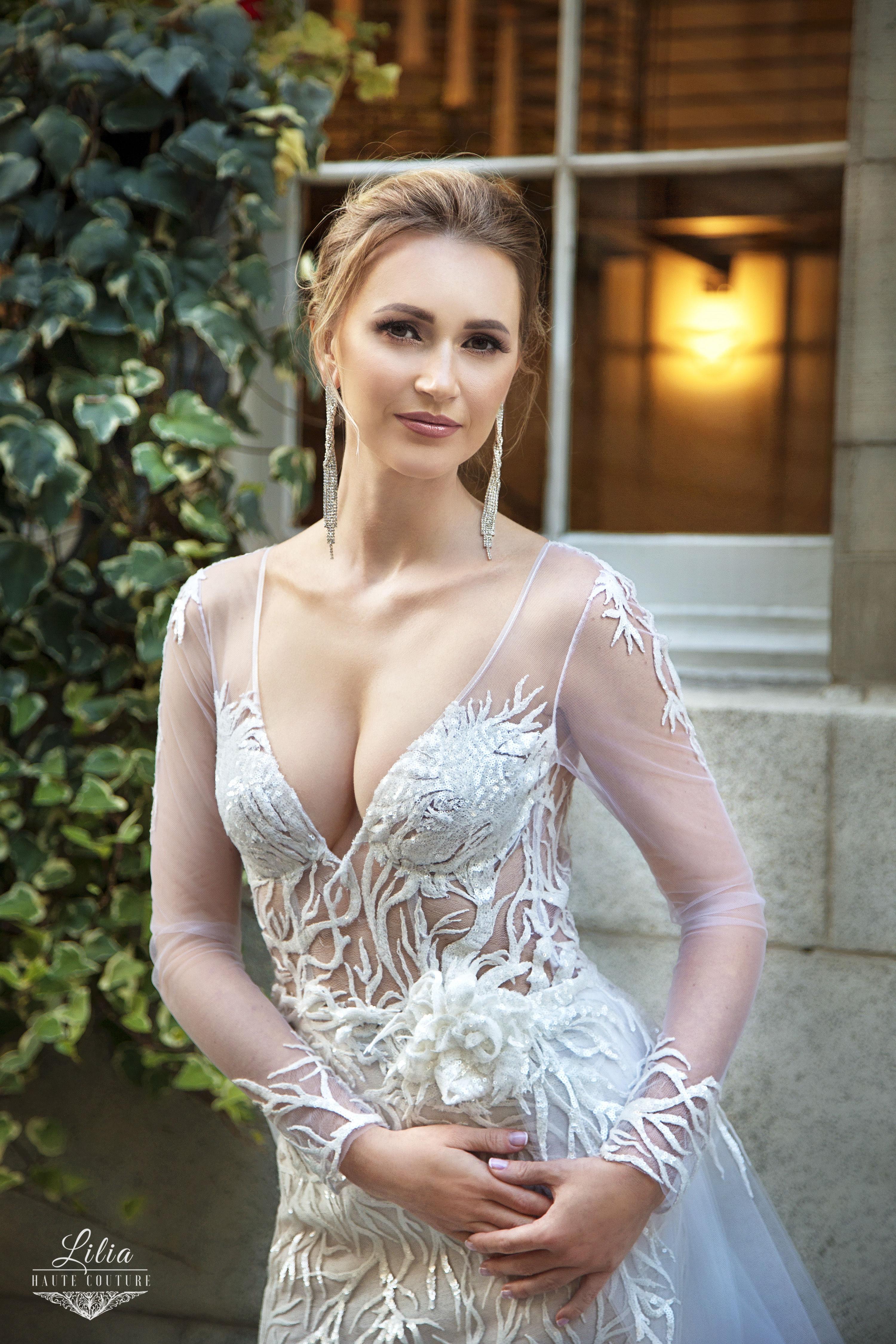 lilia haute couture salon de la mariee montreal cole en v robe en dentelle avec jupe en tulle