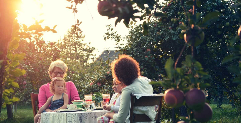 Zwei Frauen sitzen am Tisch mit ihren Kindern auf dem Schoß - Teilzeitfalle - wer ist betroffen und was kann ich tun