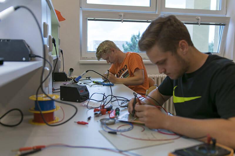 Žáci, kteří pájí elektrotechniku