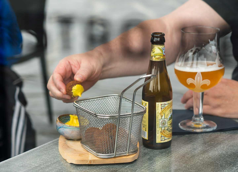 Belgisch bier met een portie bitterballen