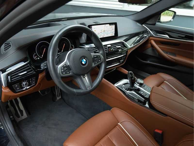 BMW 5 Serie Touring 530i xDrive M-Sport - Individual Leder - Trekhaak - Stoelventilatie afbeelding 14