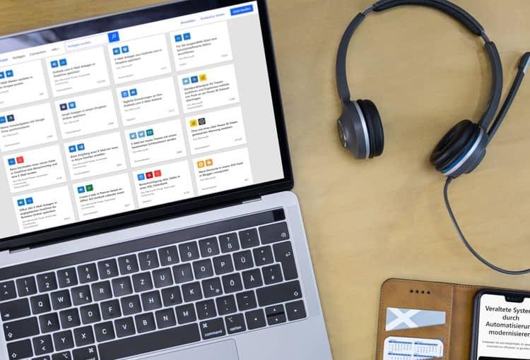 Laptop mit Cloud-Flows auf Schreibtisch mit Smartphone und Kopfhörern