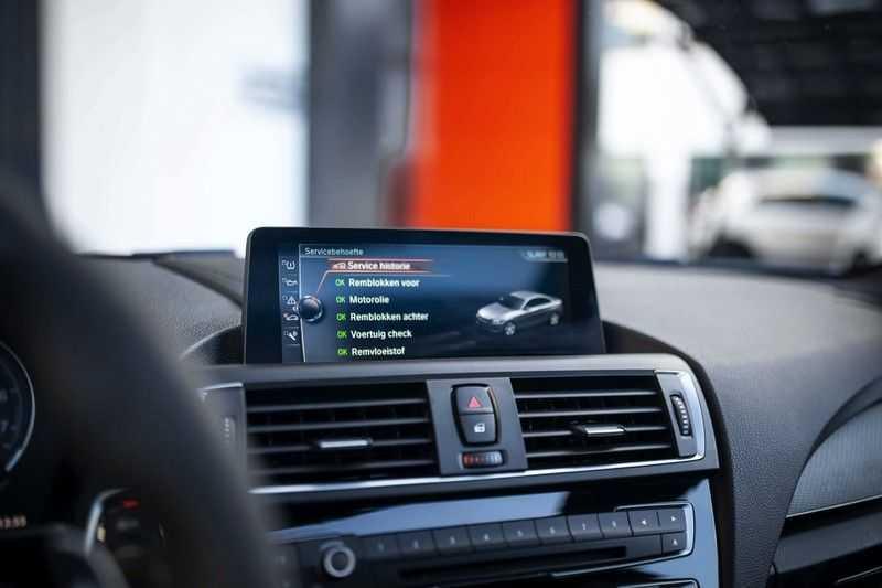 BMW M2 Coupé DCT *M-Performance uitlaat / LED stuur / H&K / Comp. velgen* afbeelding 17
