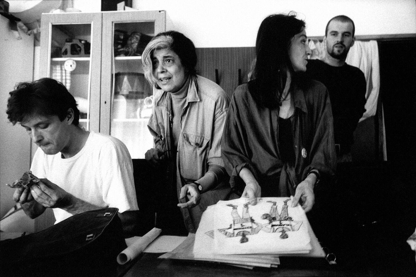 Сьюзен Сонтаг готовит спектакль «В ожидании Годо» в Сараево во время войны. Фото: Paul Lowe / Panos Pictures/ Felix Features