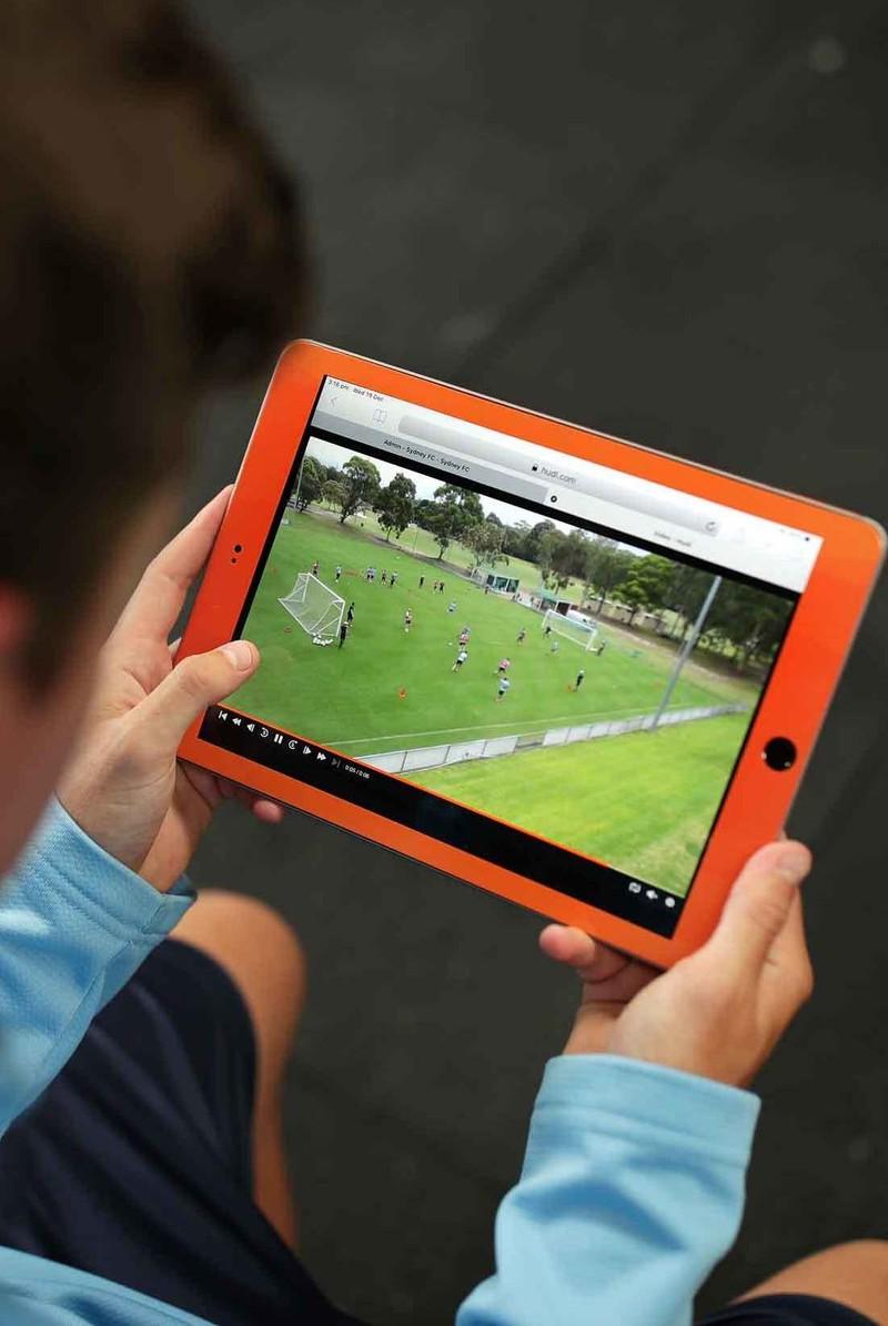 Hudl タブレットでサッカーの試合を確認しているシドニー FC 選手